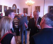 Le président des Fêtes du 350e, l'abbé Louis Bouchard avec des personnes invitées. (Photo H. Giguère)
