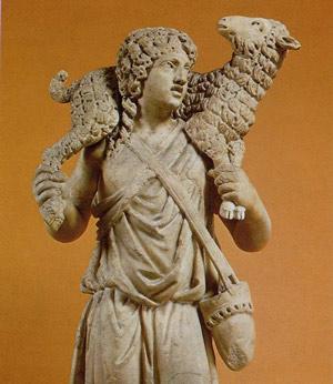Statue du Bon Pasteur portant un agneau. IIIe siècle retrouvée dans les catacombes de Domitille. Musées du Vatican. (Domaine public)