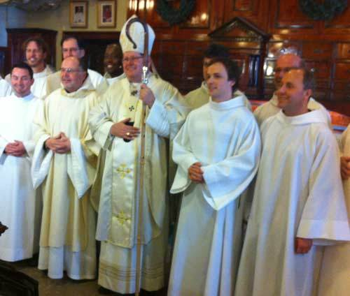 Léandre Zéfack est en arrière de l'évêque