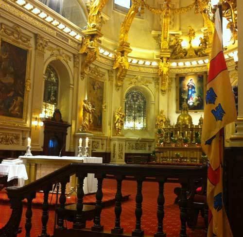 Choeur de la Basilique-cathédrale Notre-Dame de Québec avec le drapeau du Séminaire de Québec reproduisant les armes du fondateur, Mgr de Laval (Photo H. Giguère)