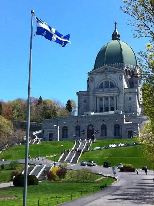 Le drapeau du Québec en face de l'Oratoire Saint Joseph du Mont Royal à Montréal. Photo H. Giguère