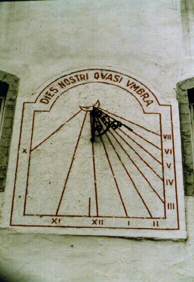 """Le cadran solaire de la Cour du Séminaire de Québec avec l'inscription """"Nos jours fuient comme l'ombre"""" tirée de I Chroniques 29, 15."""