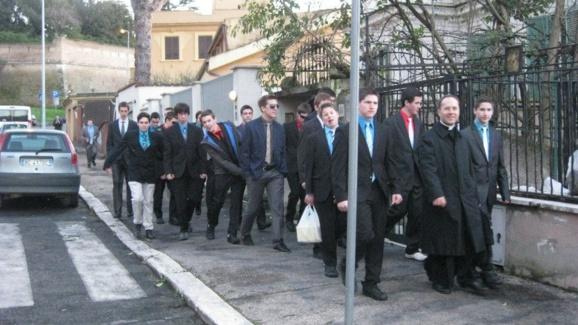 L'abbé Jimmy Rodrique avec les élèves du Petit Séminaire diocésain de Québec lors d'un pèlrinage à Rome en mars 2013