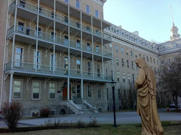 Le Pavillon Jean-Olivier Briand du Séminaire de Québec qui héberge le Grand Séminaire et la résidence des prêtres du Séminaire (Photo H. Giguère)