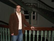 Patrick McGraw devant le Grand Escalier du Pavillon Jean-Olivier Briand qui abrite le Grand Séminaire de Québec