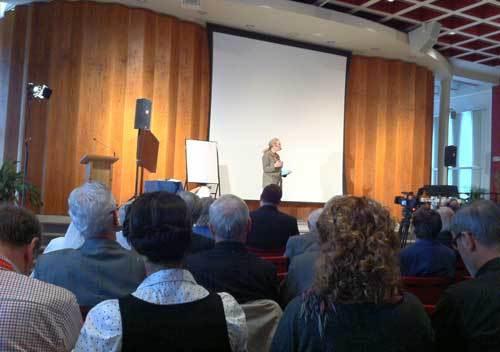 Florence de Leyritz s'adressant aux personnes participantes au lancement de l'année pastorale 2013 à Québec (Photo H. Giguère)