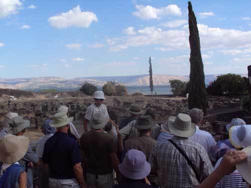 Pèlerins de la Carvane biblique 2013 aur le site de la synagogue de Capharnaüm (Photo 23 octobre 2013 H.Giguère)