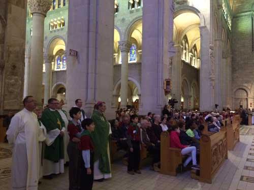 """30e anniversaire du mouvement ecclésial """"Les Brebis de Jésus"""" à la basilique Sainte-Anne-de-Beaupré le 27 septembre 2015. Une partie de la foule avec le nonce apostolique, Mgr Luigi Bonazzi (Crédits photo H. Giguère)"""