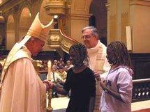 Marietta et Katia Villeneuve, catéchumènes à l'appel décisif le 1 mars 2004 avec le cardinal Ouellet et l'abbé Michel Fournier, curé de la paroisse bienheureux François de Laval à Québec