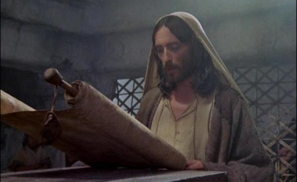 Image de Jésus faisant la lecture de la Parole de Dieu dans la synagogue de Nazareth tirée du film Jésus de Nazareth de Franco Zeffirelli (Crédit photo : Carrefour Kairos)