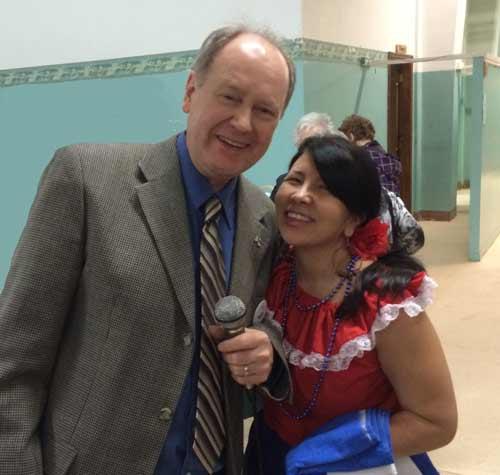 Monsieur Claude Couillard du Comité organisateur de la Fête interculturelle de Québec avec une participante (Crédits photo : H. Giguère)