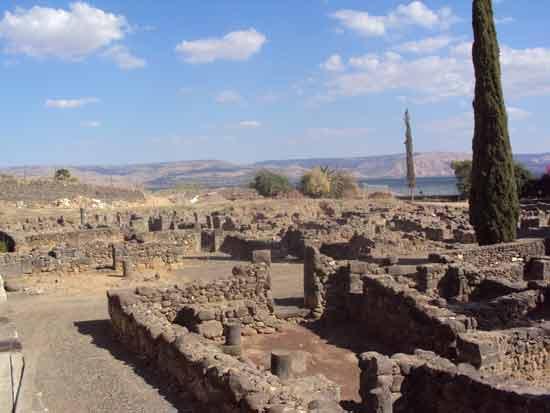 Ruines de la ville de Capharnaüm où Jésus a commencé à prêcher avec le lac de Génézareth ou de Galilée ou Lac de Tibériade au loin (Crédits photo : H. Giguère )