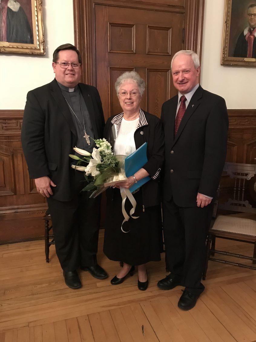Le cardinal Gérald Lacroix, archevêque de Québec, sœur Theresa Rounds, supérieure générale de la communauté des Sœurs du Bon-Pasteur de Québec et l'abbé Luc Paquet, recteur du Grand Séminaire de Québec lors de l'annonce de la relocalisation du Grand Séminaire de Québec à Vanier (Ville de Québec) le 20 février 2018.