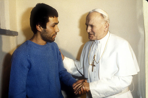 Saint Jean-Paul II et Ali Agca qui a tenté de l'assasiner le 13 mai 1981 (Domaine public)