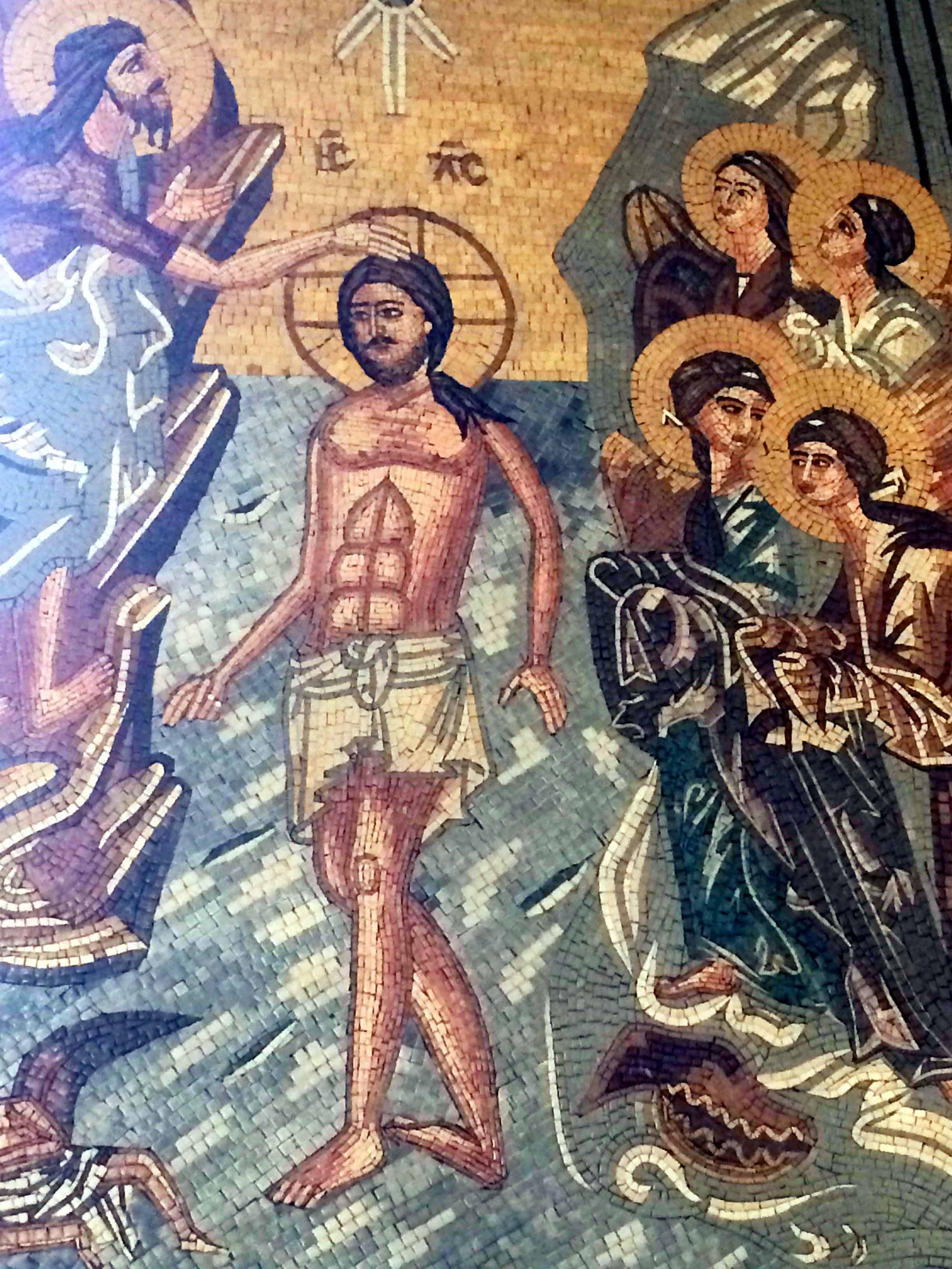 Jean-Baptiste baptisant Jésus. Mosaïque dans l'église orthodoxe de Madaba en Jordanie (Crédits photo : H. Giguère)