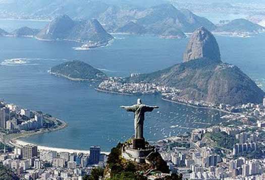 """La statue du Cristo redentor sur le Pain de sucre à Rio de Janeiro. C'est Heitor da Silva Costa, ingénieur qui a construit le Cristo redentor avec le sculpteur français Paul Landowski. Un concours avait été organisé par l'Église catholique en 1921 afin de célébrer le centenaire de l'indépendance du Brésil, datant de1822. Il est rare à Rio, sauf en pleine rue, entouré de hauts immeubles, qu'on n'ait pas ce Christ monumental dans son champ de vision. C'est un repère, on n'imaginerait plus le """"Pain de sucre"""" sans lui. (Domaine public)"""