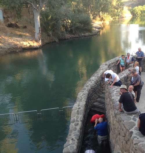 Pèlerins se plongeant dans l'eau du Jourdain à l'endroit où selon la tradition Jean-Baptiste a baptisé Jésus (Crédit photos H.Giguère)
