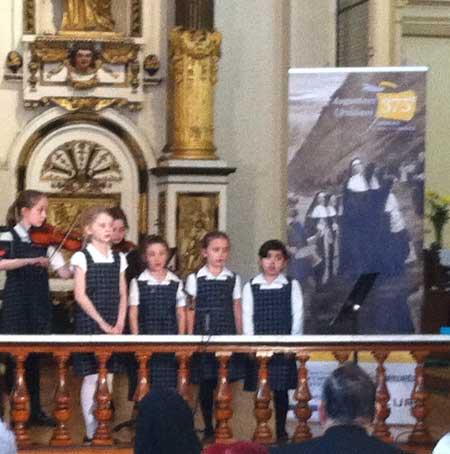 Les élèves de l'École des Ursulines animent le lancement des fêtes du 375e des Ursulines et des Augustines avec leur chant et leur musique.
