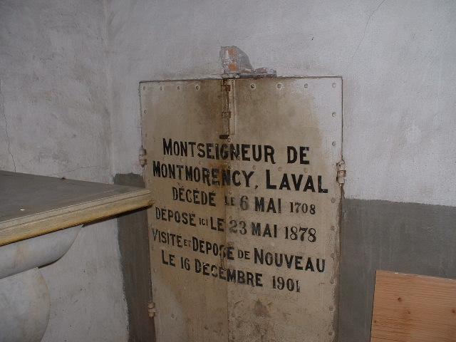 Porte du tombeau de saint François de Laval dans la Crypte de la chapelle extérieure du Séminaire de Québec où il son corps a reposé de 1878 à 1950 (Photo H. Giguère)