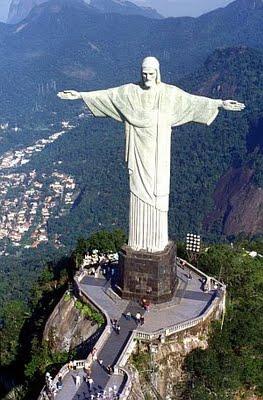 """C'est Heitor da Silva Costa, ingénieur qui a construit le Cristo redentor avec le sculpteur français Paul Landowski. Un concours avait été organisé par l'Église catholique en 1921 afin de célébrer le centenaire de l'indépendance du Brésil, datant de1822. Il est rare à Rio, sauf en pleine rue, entouré de hauts immeubles, qu'on n'ait pas ce Christ monumental dans son champ de vision. C'est un repère, on n'imaginerait plus le """"Pain de sucre"""" sans lui."""
