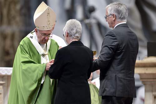 Raymond Brodeur et son épouse remettant le calice et la patène au pape lors de la procession des offrandes (crédits photos Daniel Abel)