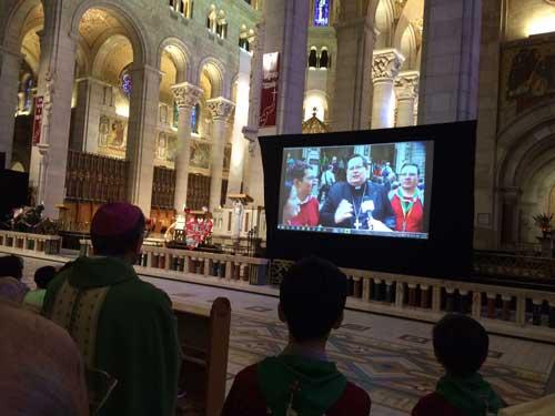 Le cardinal Lacroix s'adressant aux personnes participantes à la messe d'action de grâces pour le 30e anniversaire des Brebis de Jésus (Crédits photo H. Giguère)