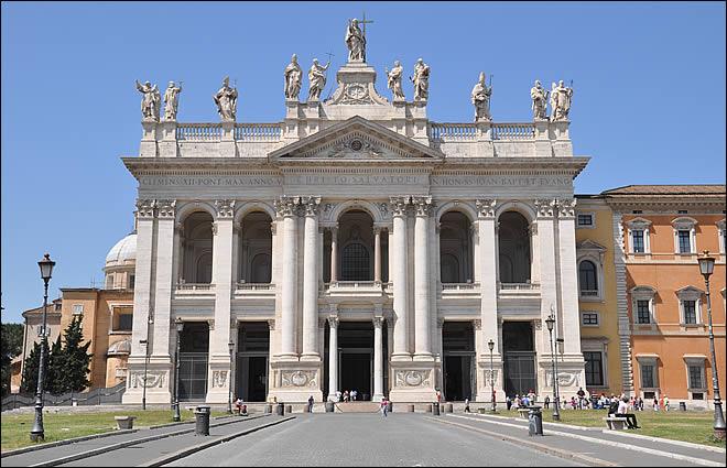Façade de la basilique saint Jean de Latran à Rome
