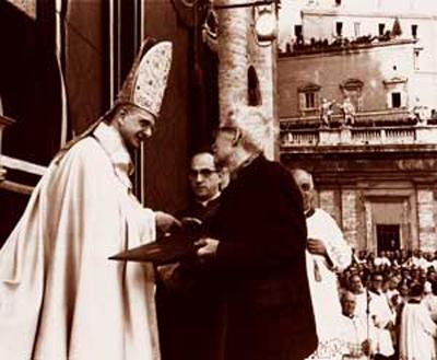 Le pape Paul VI remettant le message aux hommes de pensée et de science au philosophe Jacques Maritain le 8 décembre 1965.