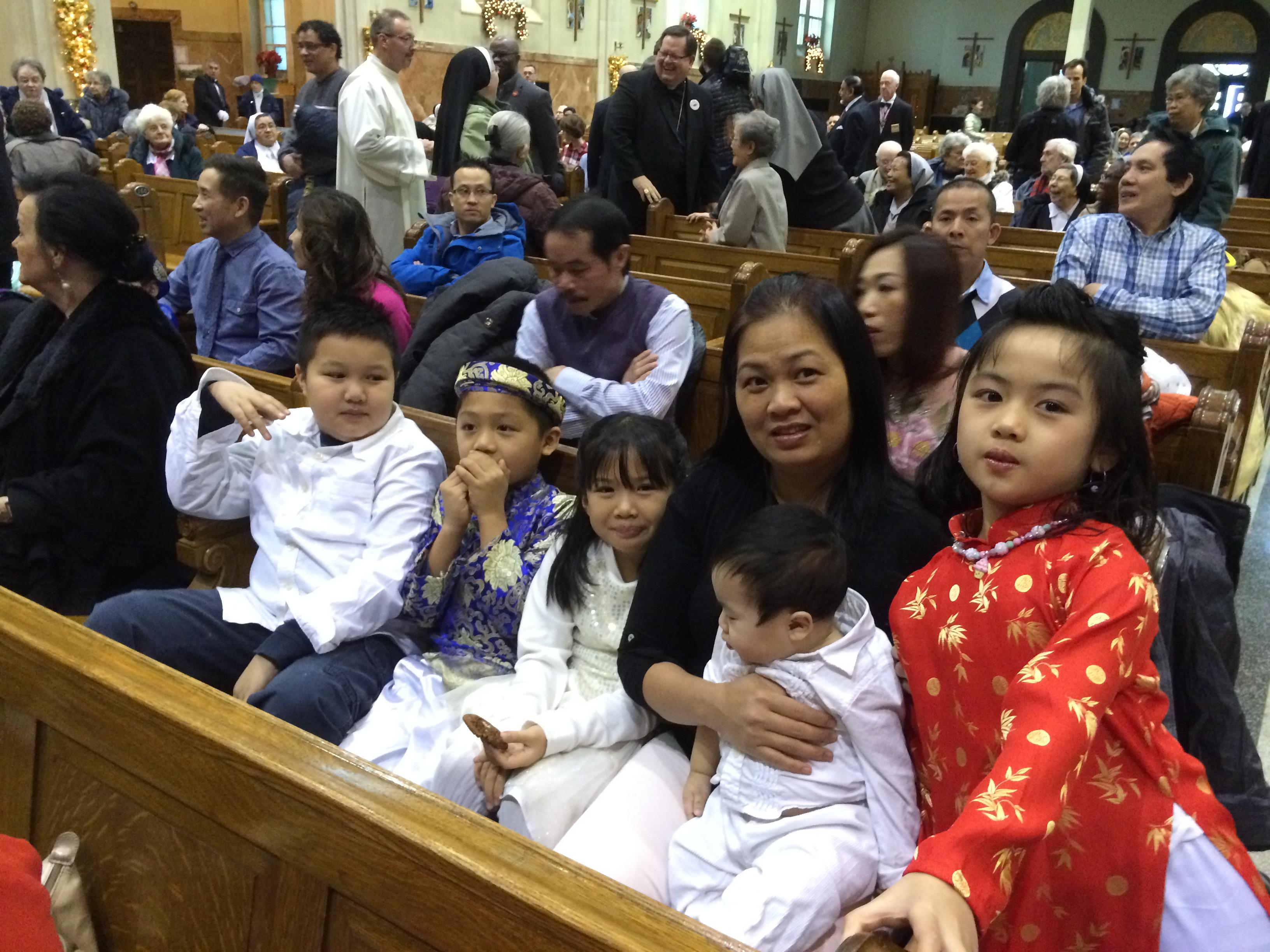 Une partie de la foule où il avait de nombreux enfants qui se prépare à la messe de la Fête interculturelle de Québec le 10 janvier 2016 (Crédits photo : H. Giguère)