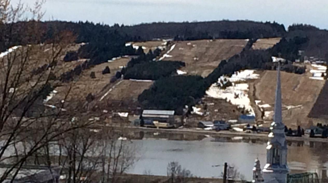"""La débacle de la rivière Chaudière à St-Joseph-de-Beauce avec l'eau dans les """"fonds"""" (Crédits photo : H. Giguère)"""